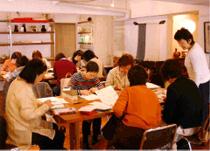 ハガキサイズから始める絵画教室の風景